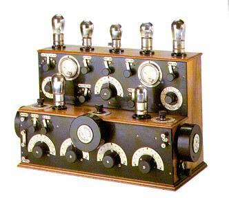Radio francesa de 1925. Fabricada en nogal, disponía de siete válvulas.